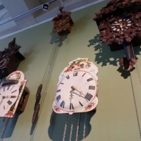 Du rangement dans le cabinet de curiosités du musée du Temps