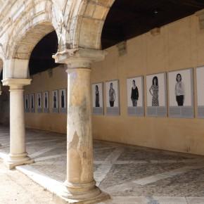 Exposition Infinités plurielles dans la cour du palais Granvelle